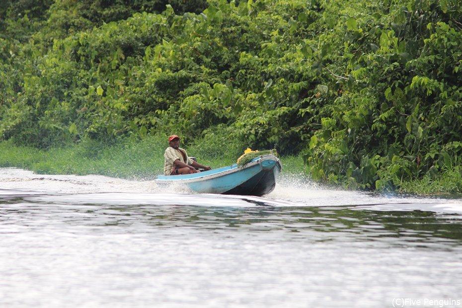 川で見かけた市場帰りの村人<マハイカ川周辺>