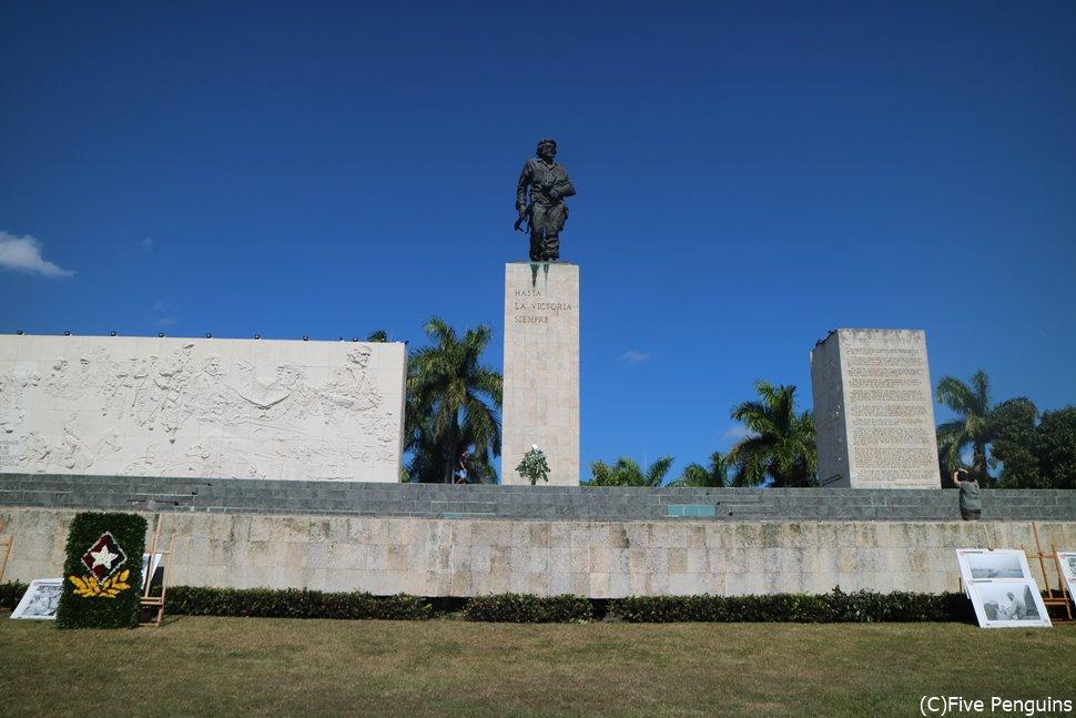 霊廟の上には凛としたチェ・ゲバラの銅像が立っている