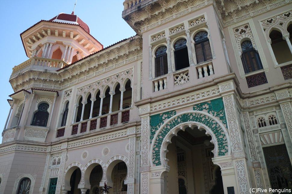 宮殿風の美しい邸宅は内部も豪奢!