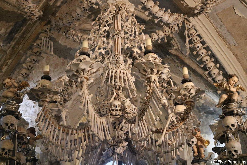 すべて人骨で作られたシャンデリア