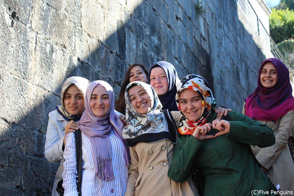 気軽にポーズを取ってくれた観光中の女子学生たち