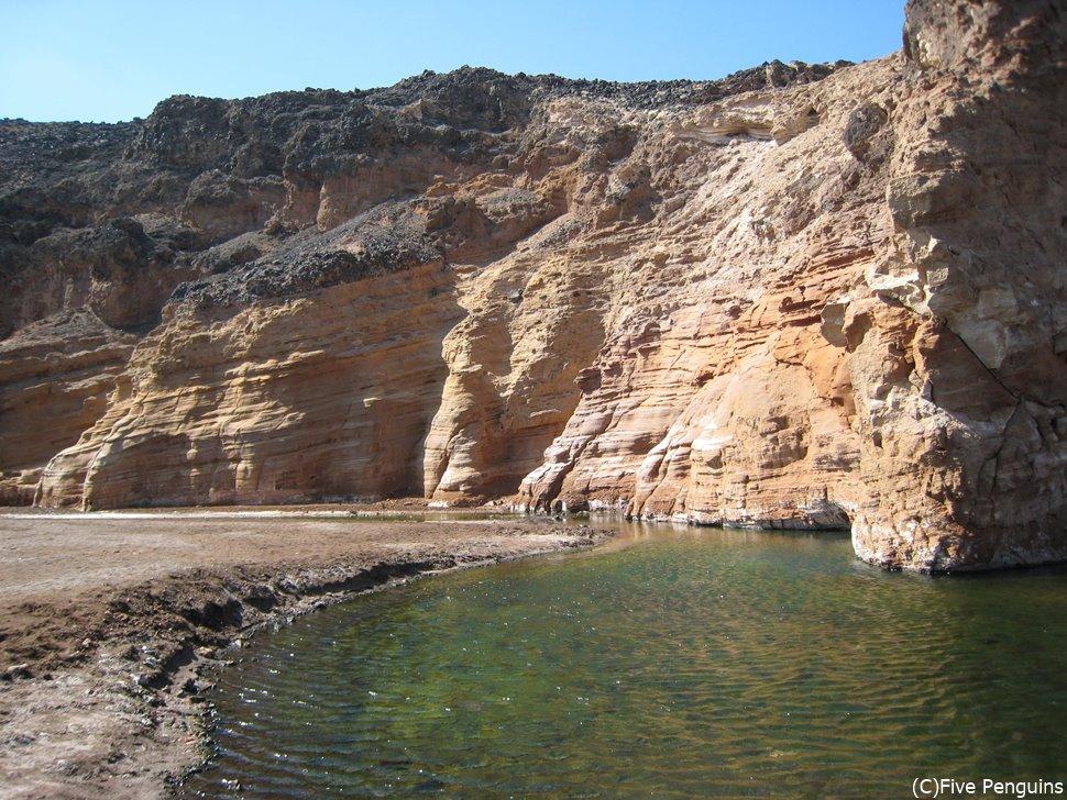 アッサル塩湖近くの温泉。源泉は80℃もある