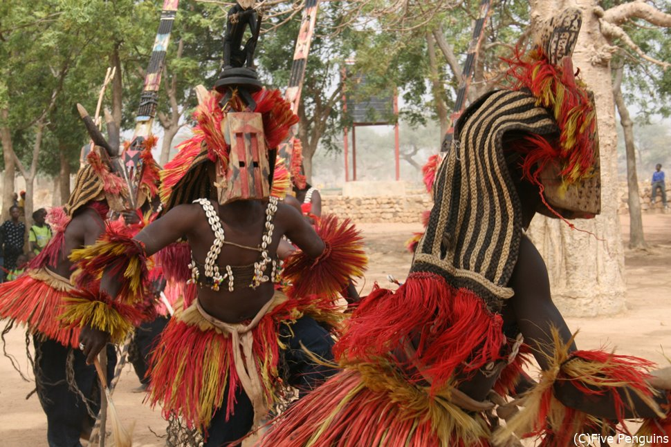 ドゴン族の村で仮面の踊りを見学