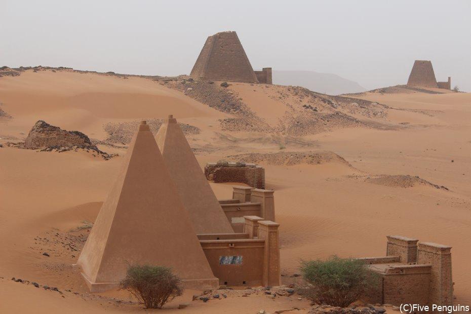 砂漠に佇むメロエの王族ピラミッド群<メロエ>