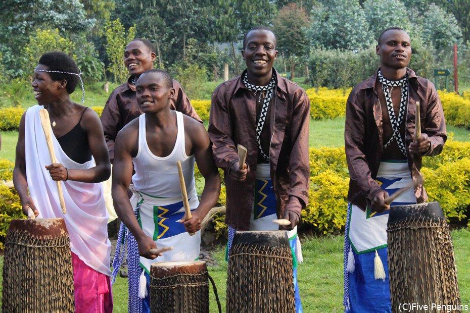 地元の人々の太鼓とダンス