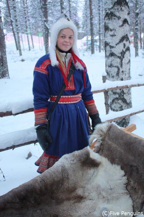 ロバニエミにて 民族衣装に身を包んだガイドさん。