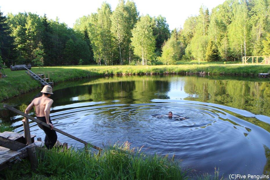 サウナ後は池に飛び込みます!