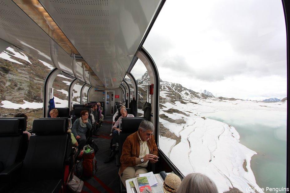 氷河が流れ込む白い湖 ラーゴビアン