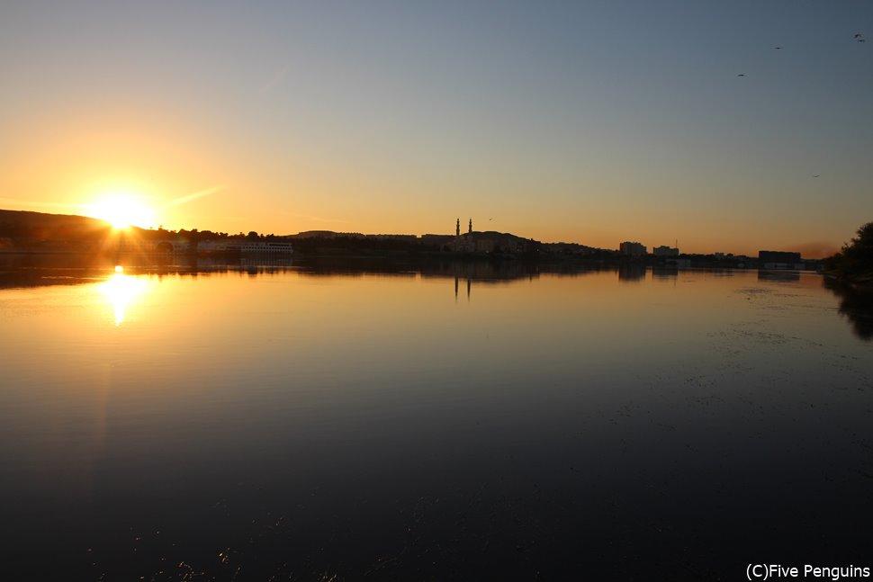 日が沈むナイル川西岸は死の象徴、東岸は生の象徴。