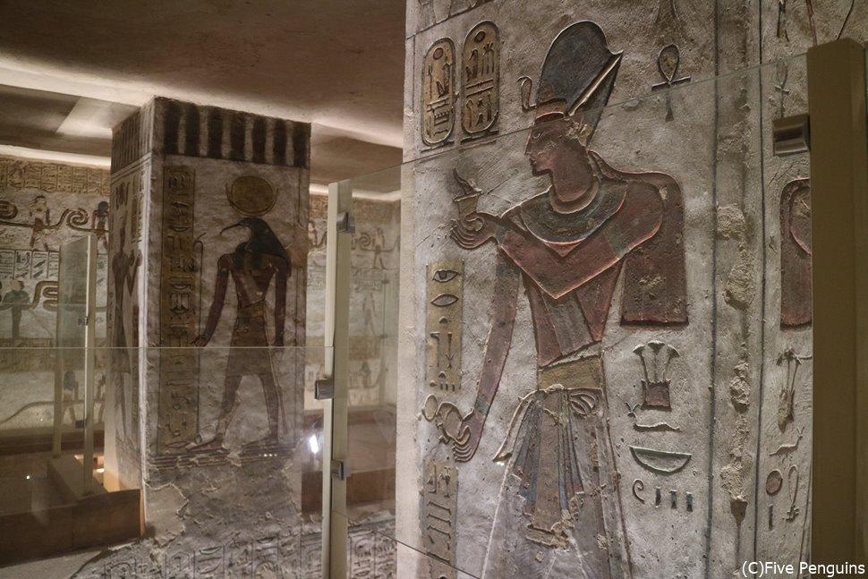 この時代から王墓は盗掘防止の為、王家の谷に隠された。