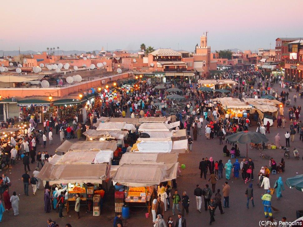 いつでもお祭り騒ぎのフナ広場は楽しさいっぱい!