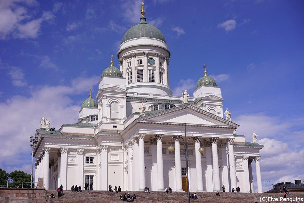 青空とのコントラストが美しい、ヘルシンキ大聖堂