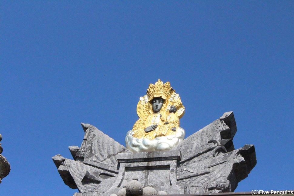 黒いマリア像を象徴する僧院外の飾り