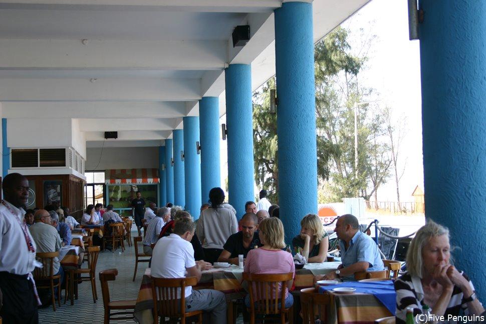観光客で賑わう地元のレストラン