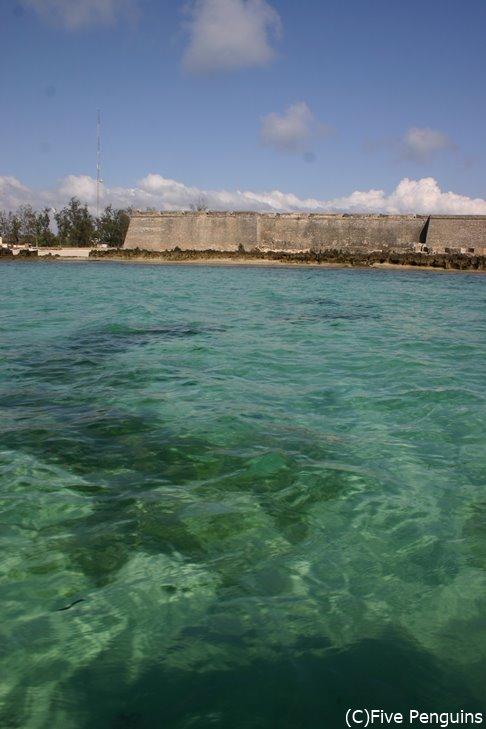 エメラルドグリーンの透き通った海