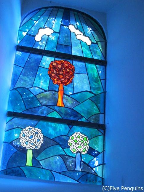 アルデンヌ地方のベルヴォー教会のステンドグラス