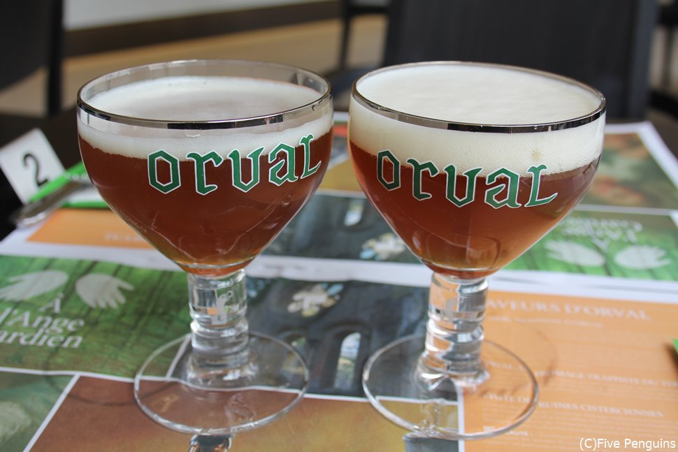 独特のグラスに注がれるオルヴァルのビール