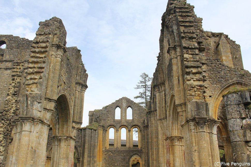 昔の修道院跡が遺跡として残されている