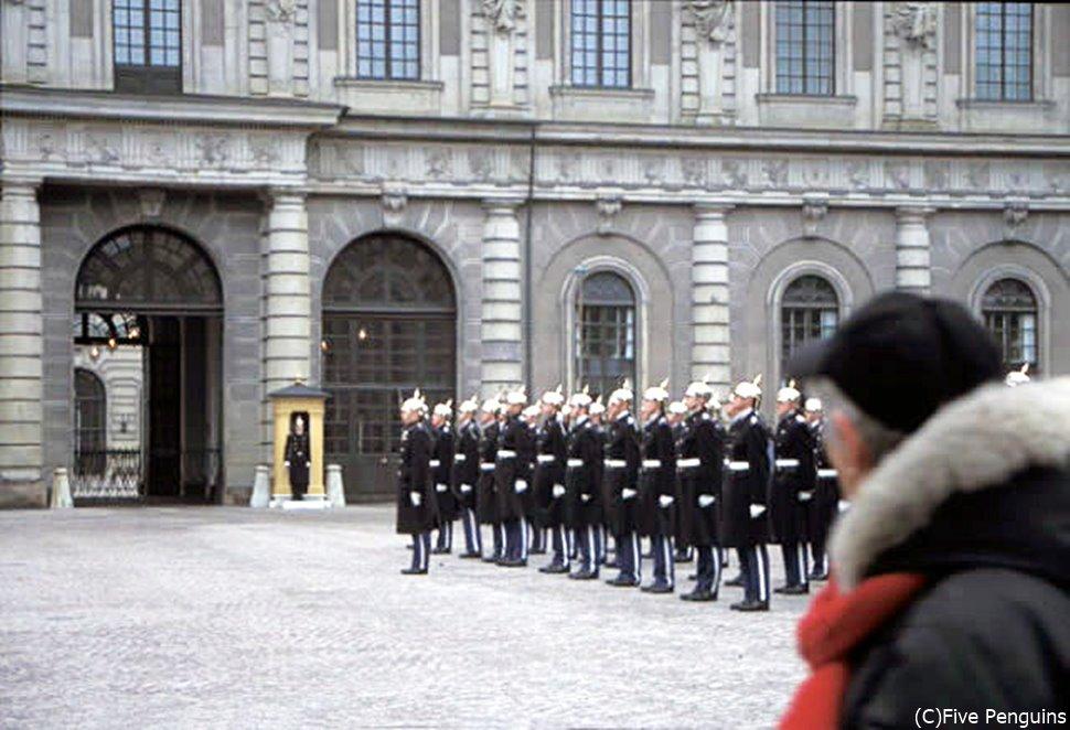 王宮での衛兵交替式の様子。一糸乱れぬ行進は見ていて気持ちがいい!