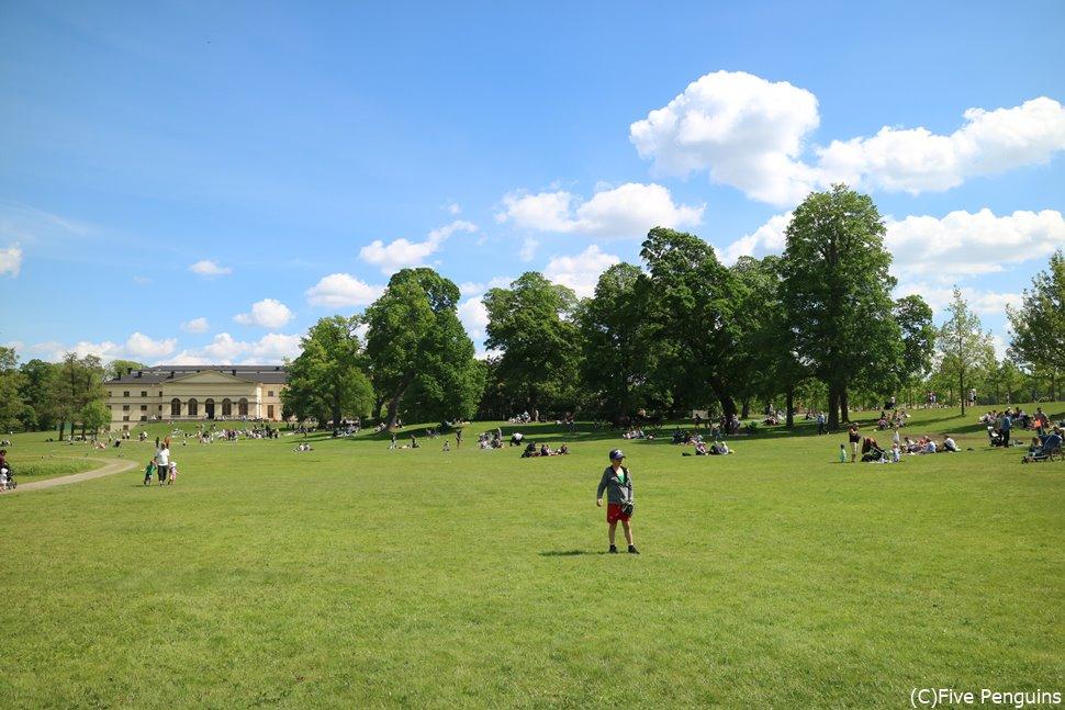 広い庭園では、大人がくつろいだり、子供たちが遊んだりする姿も