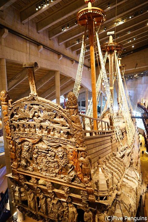 船尾の細かな彫刻と圧倒される豪華絢爛さ