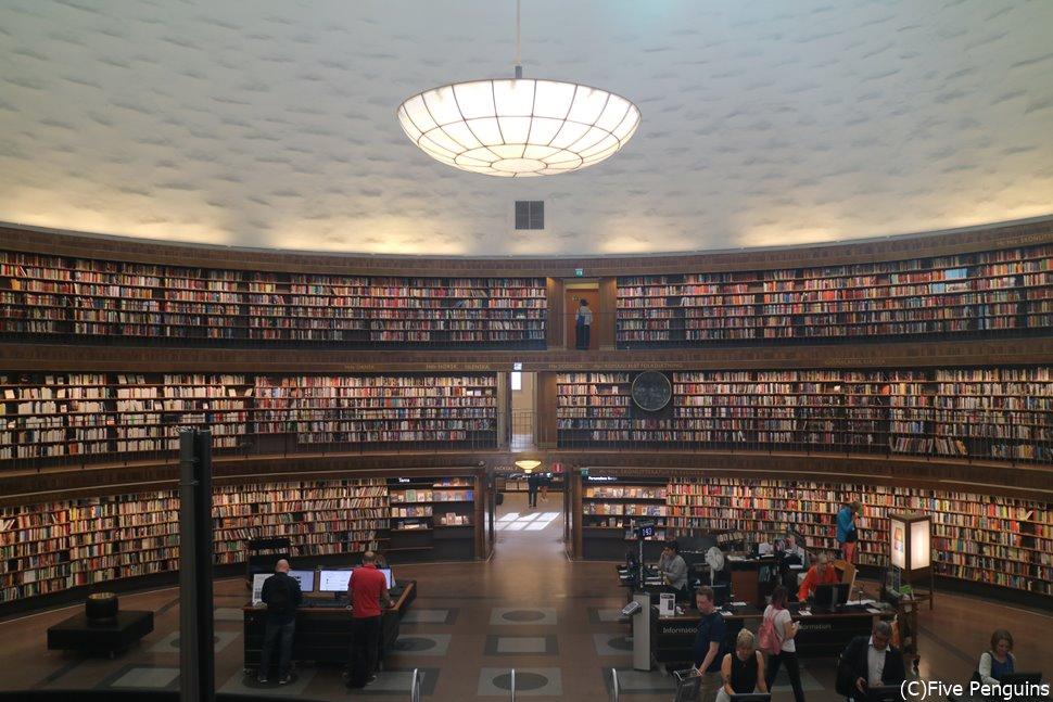 大量の本が作り出す圧巻の光景