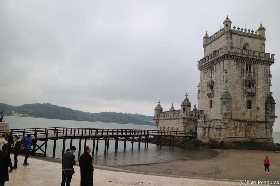 周辺には同じく世界遺産のベレンの塔も