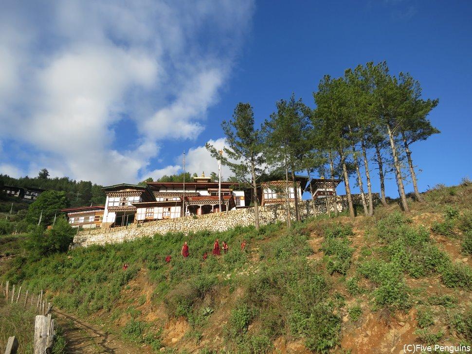 少年僧たちが学ぶ仏教学校となっているカツォ・ゴンパ(標高3020m)