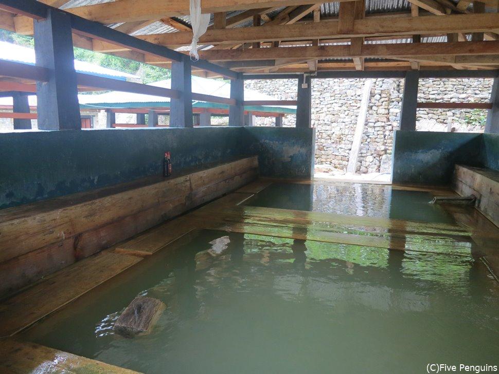 温泉は男女混浴のため、水着を着用してはいります。