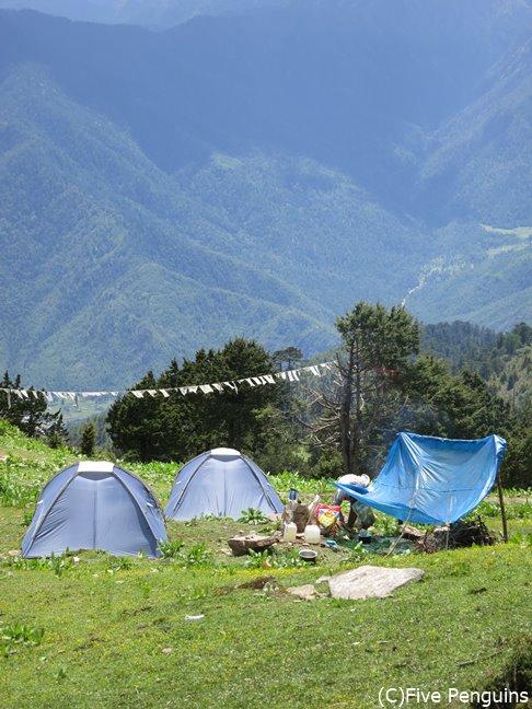 ブータンのトレッキングは、昔の旅人と同じようにキャラバンを組んで旅をします。