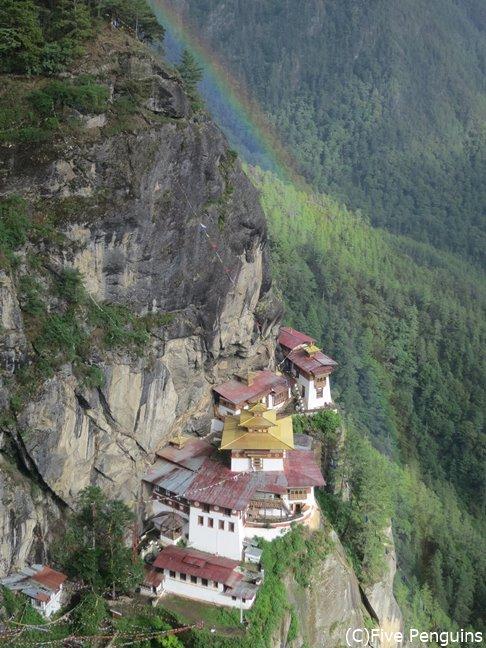 サンドペリ寺からはタクツァン僧院の全貌を見ることができる