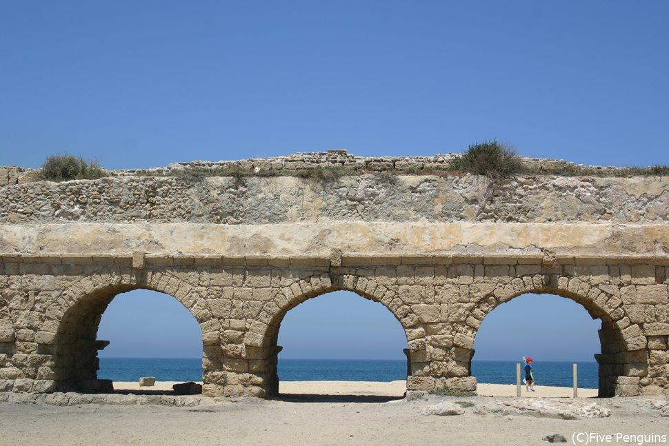 世界文化遺産に認定されているアッコー旧市街の水道橋