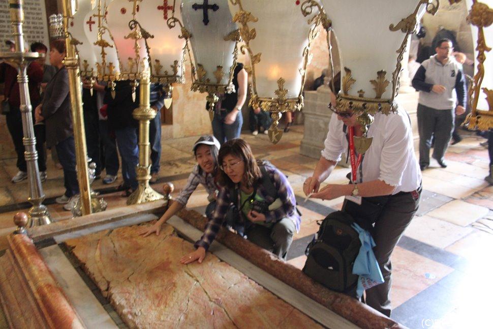 十字架から降ろされたイエスの聖骸に香油を塗ったとされる地