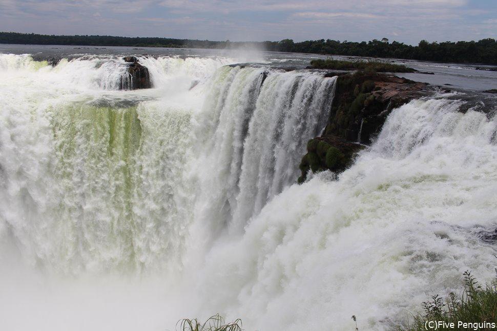 アルゼンチン側の大瀑布のメイン、「悪魔の喉笛」は必見!!