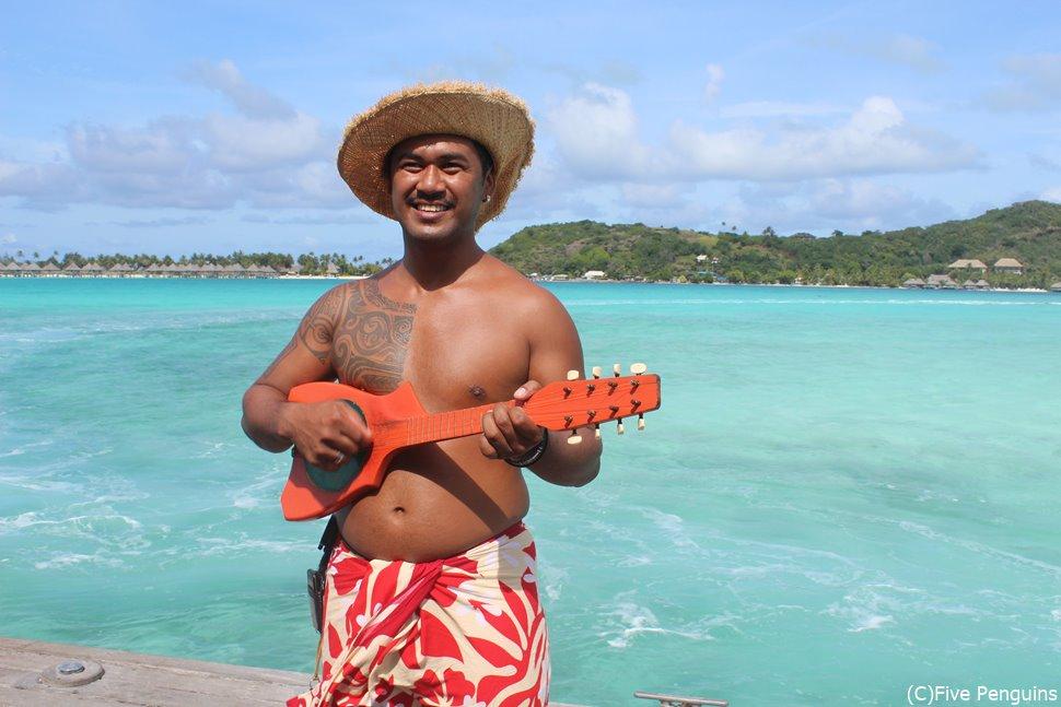 桟橋でウクレレを弾いてくれる現地の方