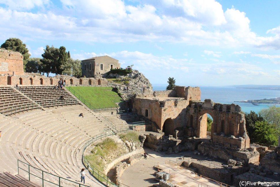 テアトロ・グレコ(ギリシャ劇場)の遺跡のすぐ隣に位置し、観光にも便利