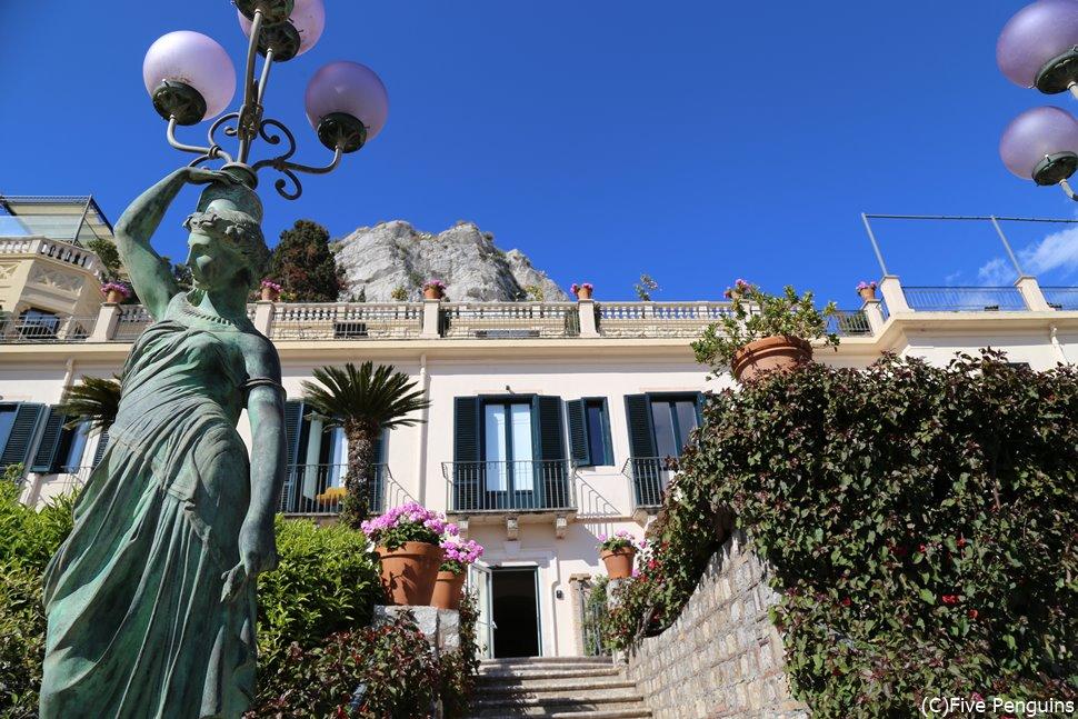 庭にこんな素敵な銅像があったり、老舗ホテルらしい格式が