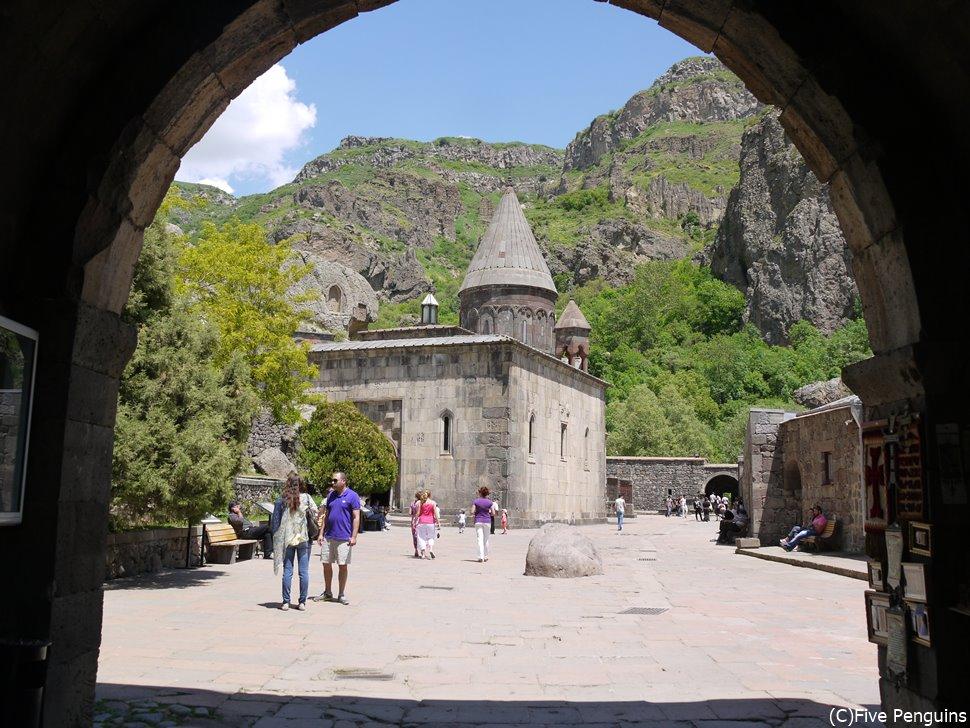 入口の門から見たゲガルド修道院