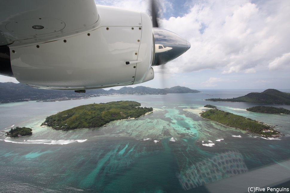 国内線の機内からセイシェルの島々を眺めてみる