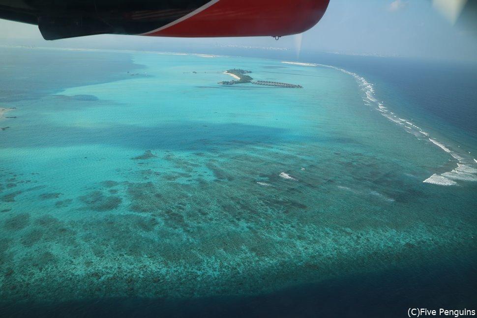 移動の水上飛行機から眺めるモルディブの絶景に感動