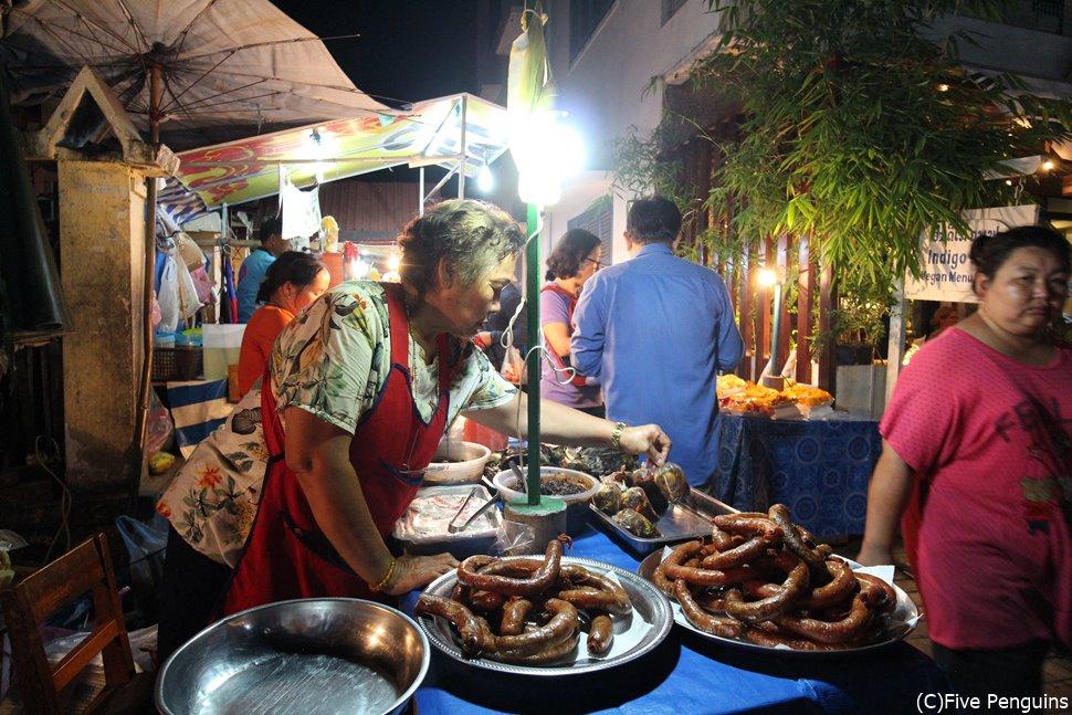 ルアンパバーン名物ナイトマーケットの風景。