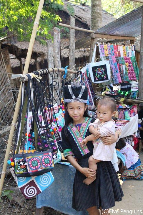モン族の村の子供。村の手芸品はナイトマーケットでも売られます。