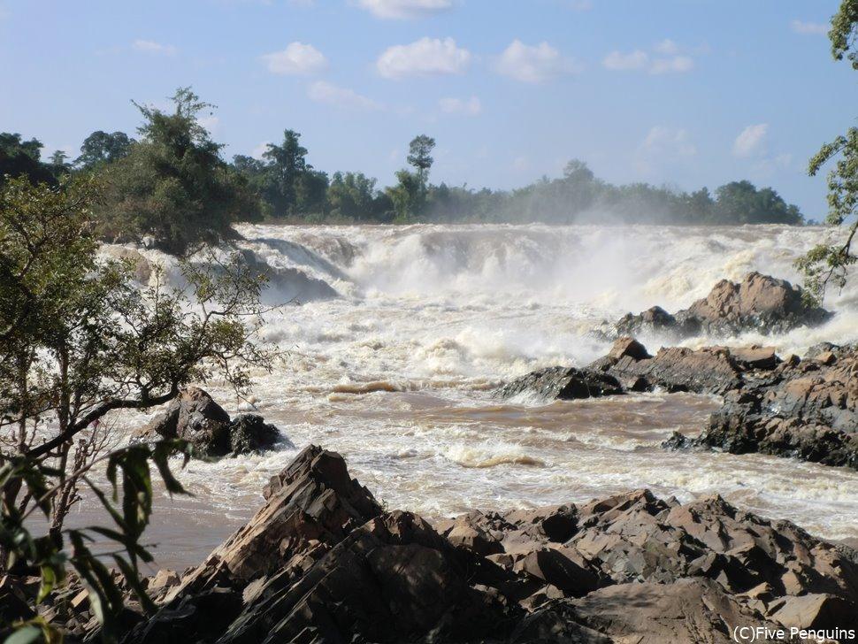 コーンパペンの滝。低い滝ですが迫力があります!