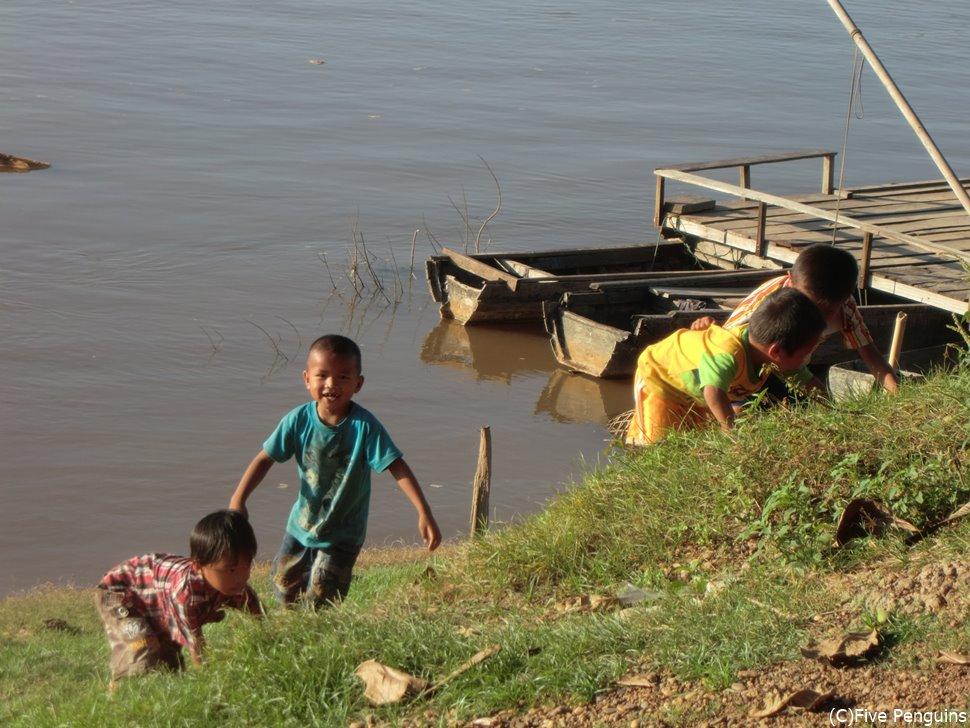 生憎イルカの姿は見られず。代わりに川辺で遊ぶ子供たちを発見!