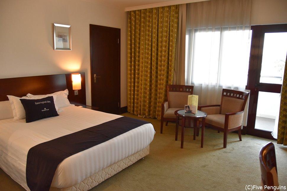 地方都市にも快適なホテルがある。これはゴールデンチューリップ・クマシの部屋の一例