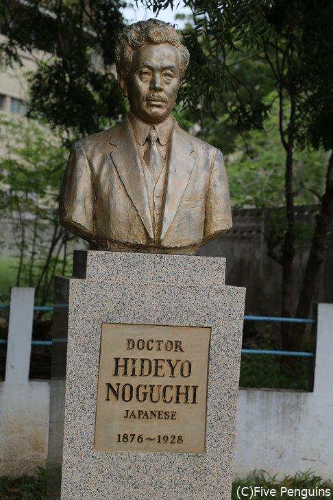 コロレブ病院の敷地にある野口英世像