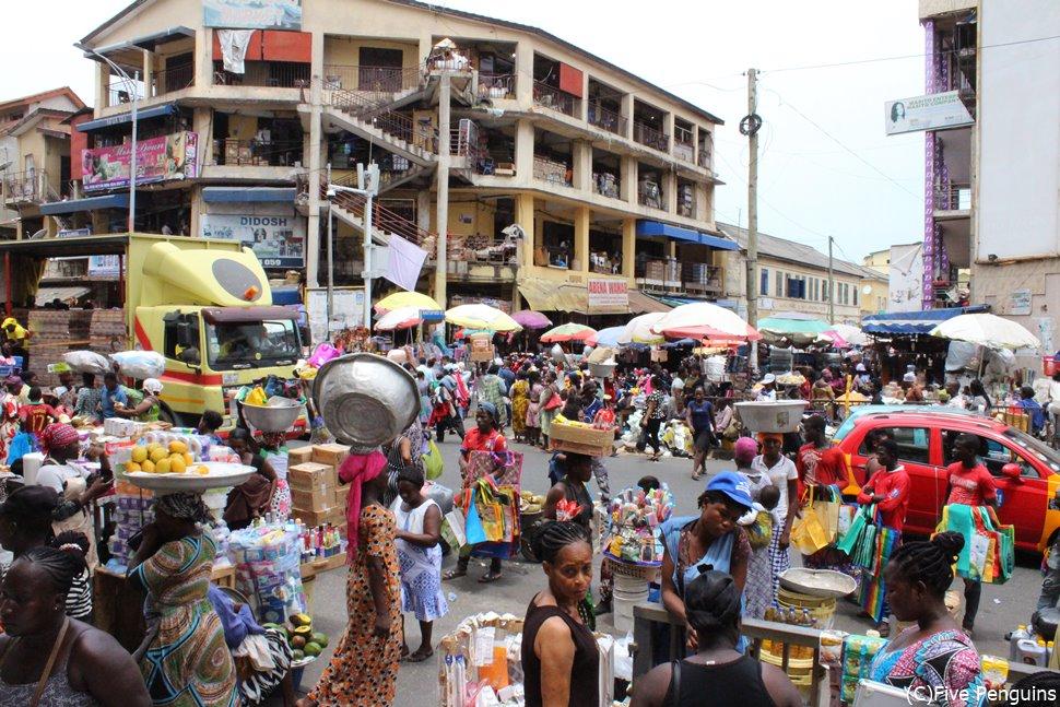 首都アクラの混沌とした市場