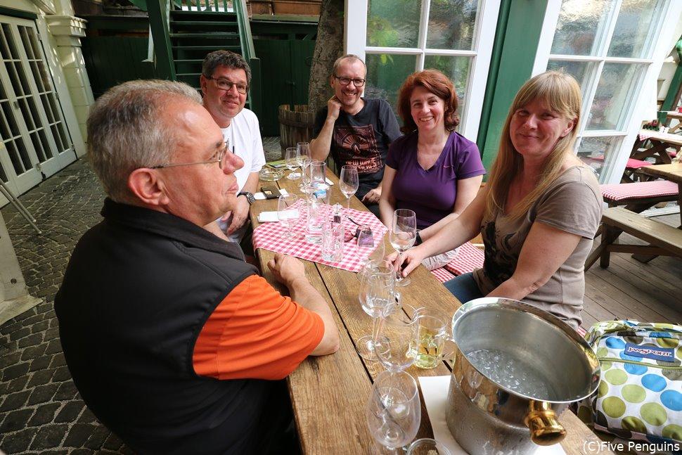 ワイン居酒屋ホイリゲで楽しむ人々(ウィーン郊外)