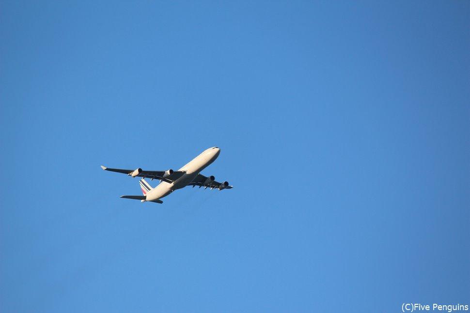 マホビーチ上空を飛んでくる飛行機