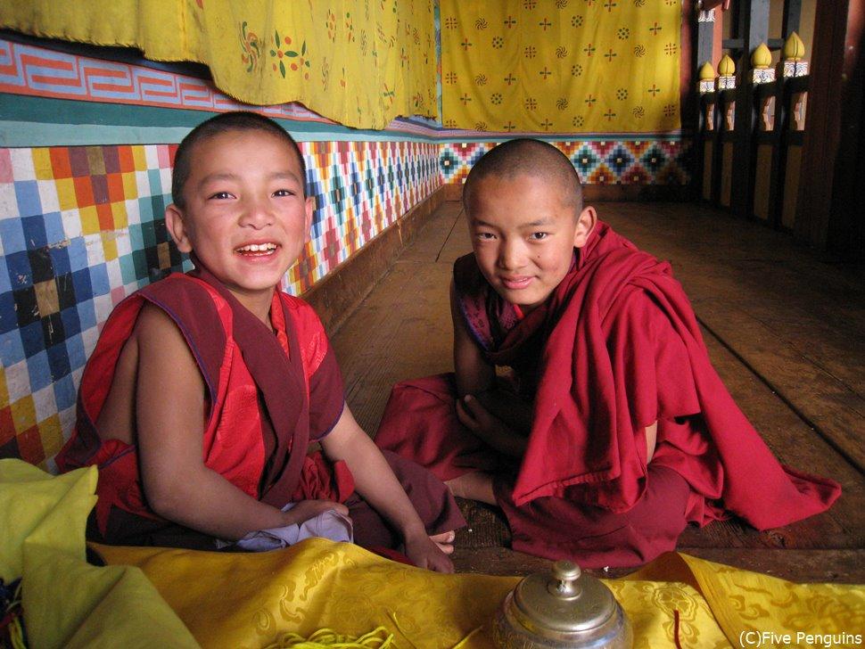 信仰心の厚いブータンには子供の僧侶も沢山います。